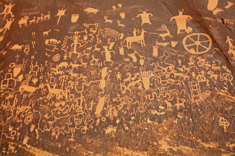 Newspaper Rock closeup by Jim Unterschultz, Wikimedia